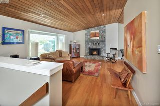 Photo 2: 2229 Lifton Pl in VICTORIA: SE Arbutus Single Family Detached for sale (Saanich East)  : MLS®# 768469