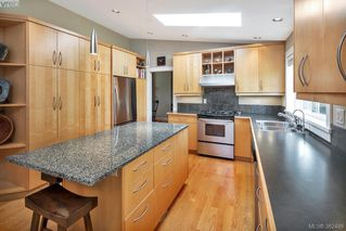 Photo 5: 2229 Lifton Pl in VICTORIA: SE Arbutus Single Family Detached for sale (Saanich East)  : MLS®# 768469