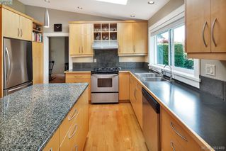 Photo 8: 2229 Lifton Pl in VICTORIA: SE Arbutus Single Family Detached for sale (Saanich East)  : MLS®# 768469