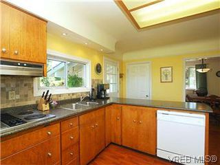 Photo 16: 518 Broadway Street in VICTORIA: SW Glanford Single Family Detached for sale (Saanich West)  : MLS®# 298647