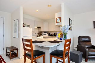 "Photo 3: 206 14881 MARINE Drive: White Rock Condo for sale in ""Driftwood Arms"" (South Surrey White Rock)  : MLS®# R2381349"