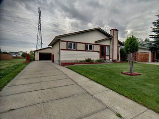 Photo 2: 9811 163 Avenue in Edmonton: Zone 27 House for sale : MLS®# E4170896