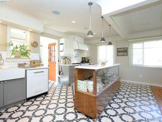 Photo 5: 2490 Dryfe St in VICTORIA: OB Henderson Single Family Detached for sale (Oak Bay)  : MLS®# 784390