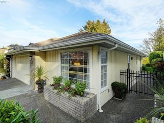 Photo 1: 997 Scottswood Close in VICTORIA: SE Broadmead House for sale (Saanich East)  : MLS®# 804307