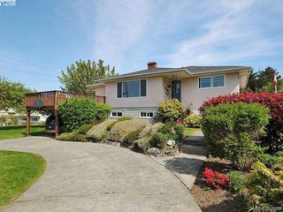 Photo 2: 1690 Kenmore Road in VICTORIA: SE Gordon Head Single Family Detached for sale (Saanich East)  : MLS®# 407616