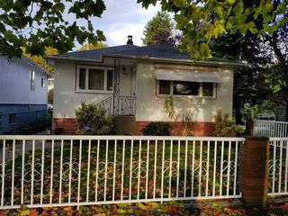 "Photo 3: 2689 DUKE Street in Vancouver: Collingwood VE House for sale in ""NORQUAR AREA"" (Vancouver East)  : MLS®# R2216348"