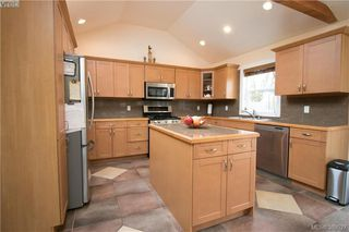 Photo 6: 671 Kelly Road in VICTORIA: Co Hatley Park Single Family Detached for sale (Colwood)  : MLS®# 389527