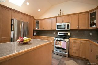 Photo 7: 671 Kelly Road in VICTORIA: Co Hatley Park Single Family Detached for sale (Colwood)  : MLS®# 389527