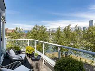 "Photo 1: 407 1551 MARINER Walk in Vancouver: False Creek Condo for sale in ""LAGOONS"" (Vancouver West)  : MLS®# R2383720"