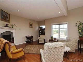 Photo 3: 3 4079 Douglas St in VICTORIA: SE High Quadra Row/Townhouse for sale (Saanich East)  : MLS®# 704538