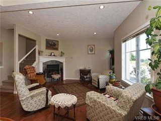 Photo 2: 3 4079 Douglas St in VICTORIA: SE High Quadra Row/Townhouse for sale (Saanich East)  : MLS®# 704538