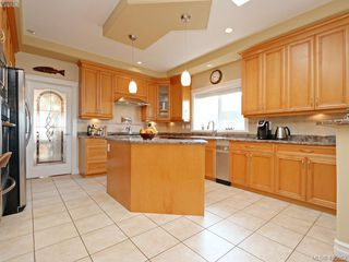 Photo 4: 834 Rainbow Cres in VICTORIA: SE High Quadra House for sale (Saanich East)  : MLS®# 805913