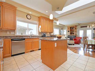Photo 5: 834 Rainbow Cres in VICTORIA: SE High Quadra House for sale (Saanich East)  : MLS®# 805913