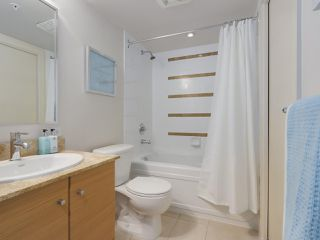 """Photo 4: 2306 977 MAINLAND Street in Vancouver: Yaletown Condo for sale in """"YALETOWN PARK 3"""" (Vancouver West)  : MLS®# R2367819"""