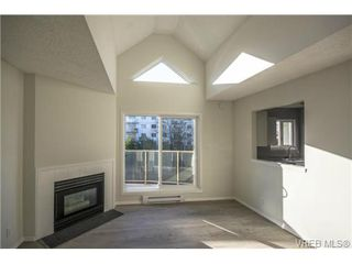 Photo 3: 403 2710 Grosvenor Rd in VICTORIA: Vi Oaklands Condo Apartment for sale (Victoria)  : MLS®# 717135