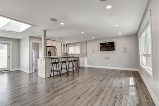 Photo 3: 324 WASCANA Crescent SE in Calgary: Willow Park Detached for sale : MLS®# C4296360