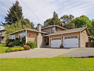 Photo 1: 885 Afriston Pl in VICTORIA: Co Triangle Single Family Detached for sale (Colwood)  : MLS®# 699341