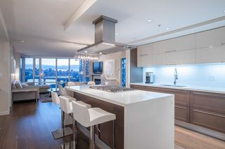 """Main Photo: 903 8 SMITHE Mews in Vancouver: Yaletown Condo for sale in """"FLAGSHIP"""" (Vancouver West)  : MLS®# R2345977"""