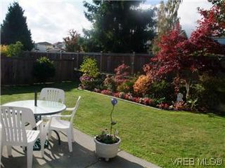 Photo 3: 14 2560 Wilcox Terr in VICTORIA: CS Tanner Row/Townhouse for sale (Central Saanich)  : MLS®# 588799