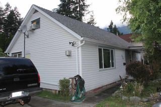 Photo 2: 574 FRASER Avenue in Hope: Hope Center House for sale : MLS®# R2089650