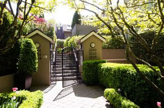 "Photo 1: 2336 W 6TH Avenue in Vancouver: Kitsilano Townhouse for sale in ""MAGNOLIA TERRACE"" (Vancouver West)  : MLS®# R2368619"