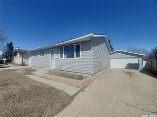 Photo 1: 221 Dickey Crescent in Saskatoon: Pacific Heights Residential for sale : MLS®# SK805263