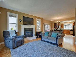Photo 5: 2001 Duggan Pl in VICTORIA: La Bear Mountain Single Family Detached for sale (Highlands)  : MLS®# 811610