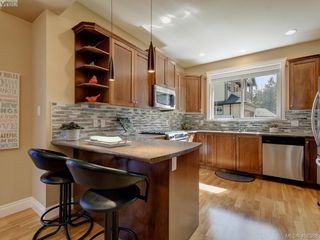 Photo 11: 2001 Duggan Pl in VICTORIA: La Bear Mountain Single Family Detached for sale (Highlands)  : MLS®# 811610