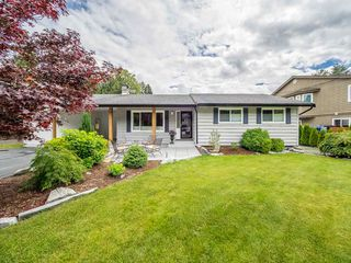 """Photo 1: 41562 ROD Road in Squamish: Brackendale House for sale in """"Brackendale"""" : MLS®# R2269959"""