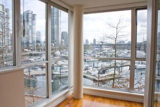Photo 3: 315 1228 MARINASIDE Crescent in Vancouver: Yaletown Condo for sale (Vancouver West)  : MLS®# R2245353