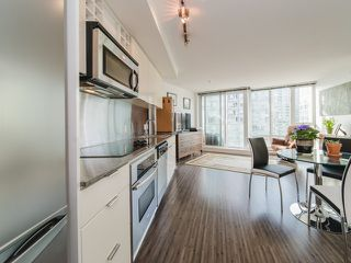 """Photo 9: 1708 233 ROBSON Street in Vancouver: Downtown VW Condo for sale in """"TV Towers"""" (Vancouver West)  : MLS®# R2336032"""