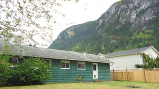 "Photo 2: 1006 ARBUTUS Drive in Squamish: Valleycliffe House for sale in ""VALLEYCLIFF"" : MLS®# R2058204"