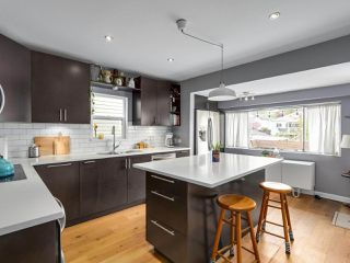 Photo 5: 2651 VENABLES Street in Vancouver: Renfrew VE House for sale (Vancouver East)  : MLS®# R2266027