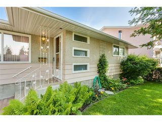 Photo 4: 116 BENNETT Crescent NW in Calgary: Brentwood_Calg House for sale : MLS®# C4021551