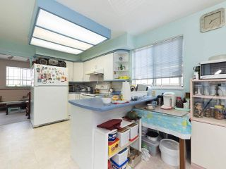 Photo 3: 1663 E 14TH Avenue in Vancouver: Grandview VE House 1/2 Duplex for sale (Vancouver East)  : MLS®# R2201048