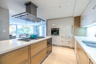 Photo 2: 305 8 SMITHE Mews in Vancouver: Yaletown Condo for sale (Vancouver West)  : MLS®# R2307500