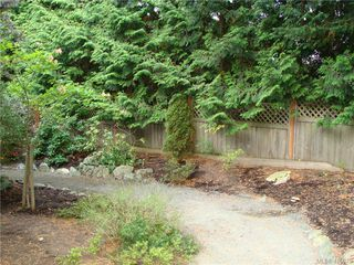 Photo 7: 8 1241 Santa Rosa Avenue in VICTORIA: SW Strawberry Vale Row/Townhouse for sale (Saanich West)  : MLS®# 415670