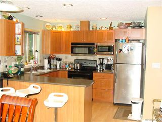 Photo 4: 8 1241 Santa Rosa Avenue in VICTORIA: SW Strawberry Vale Row/Townhouse for sale (Saanich West)  : MLS®# 415670