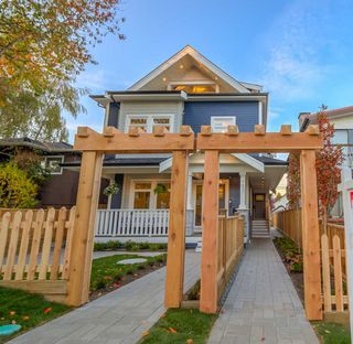 Photo 2: 945 E 14TH Avenue in Vancouver: Mount Pleasant VE 1/2 Duplex for sale (Vancouver East)  : MLS®# R2319982
