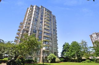 "Main Photo: 907 55 TENTH Street in New Westminster: Downtown NW Condo for sale in ""WESTMINSTER TOWERS"" : MLS®# R2327681"