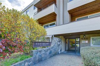 Photo 2: 106 1571 Mortimer Street in VICTORIA: SE Mt Tolmie Condo Apartment for sale (Saanich East)  : MLS®# 424380