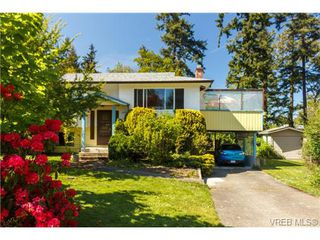 Photo 2: 1122 Labrador Pl in VICTORIA: SE Lake Hill Single Family Detached for sale (Saanich East)  : MLS®# 700705