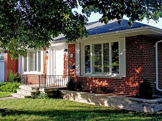 Photo 1: 9 Ridgehampton Court in Toronto: Stonegate-Queensway House (Bungalow) for lease (Toronto W07)  : MLS®# W3719310