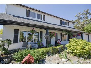 Photo 3: 1555 Elm St in VICTORIA: SE Cedar Hill House for sale (Saanich East)  : MLS®# 739030
