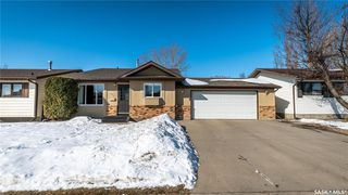 Photo 1: 122 Stacey Crescent in Saskatoon: Dundonald Residential for sale : MLS®# SK803368
