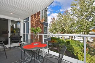 """Photo 14: 202 1502 ISLAND PARK Walk in Vancouver: False Creek Condo for sale in """"THE LAGOONS"""" (Vancouver West)  : MLS®# R2214585"""