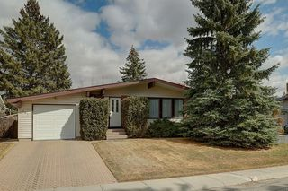 Photo 1: 467 QUEENSLAND Circle SE in Calgary: Queensland Detached for sale : MLS®# C4236793