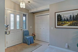 Photo 3: 467 QUEENSLAND Circle SE in Calgary: Queensland Detached for sale : MLS®# C4236793