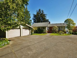 Photo 2: 8413 Lochside Dr in SAANICHTON: CS Turgoose House for sale (Central Saanich)  : MLS®# 698494