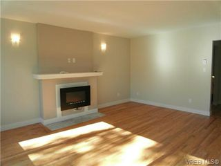 Photo 2: 610 Manchester Rd in VICTORIA: Vi Burnside Half Duplex for sale (Victoria)  : MLS®# 666380